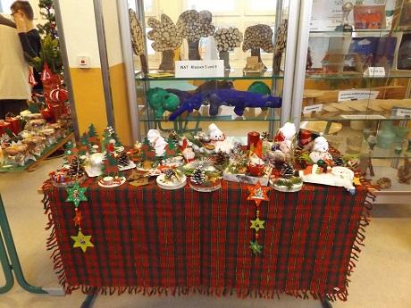 Der Verkaufsstand der Klasse 10a mit vielen tollen Weihnachtsgeschenken