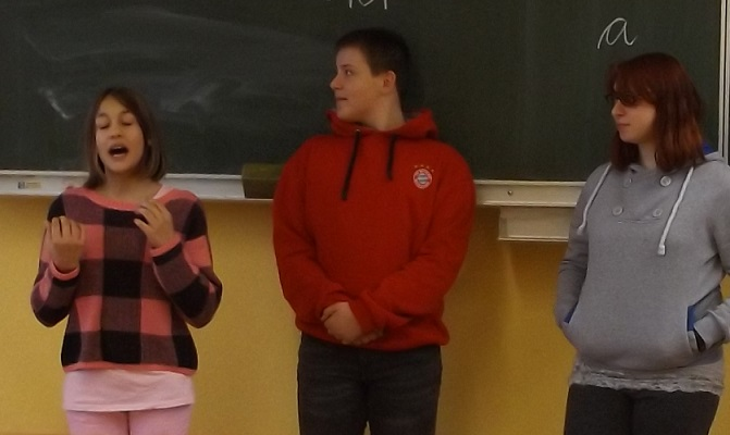 Emeli hält eine Rede in der Klasse 4.
