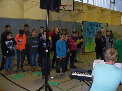 Beim gemeinsamen Singen standen die Klassen 6a und 6b als ein großer Chor auf der Bühne.